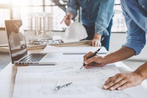 Bilde av 2 ingeniører som studerer arkitekt tegning - Ålesund Consult - Byggeteknikk